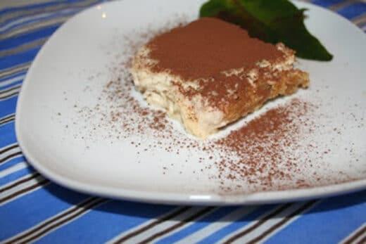 Tiramisu garnerad med kakao