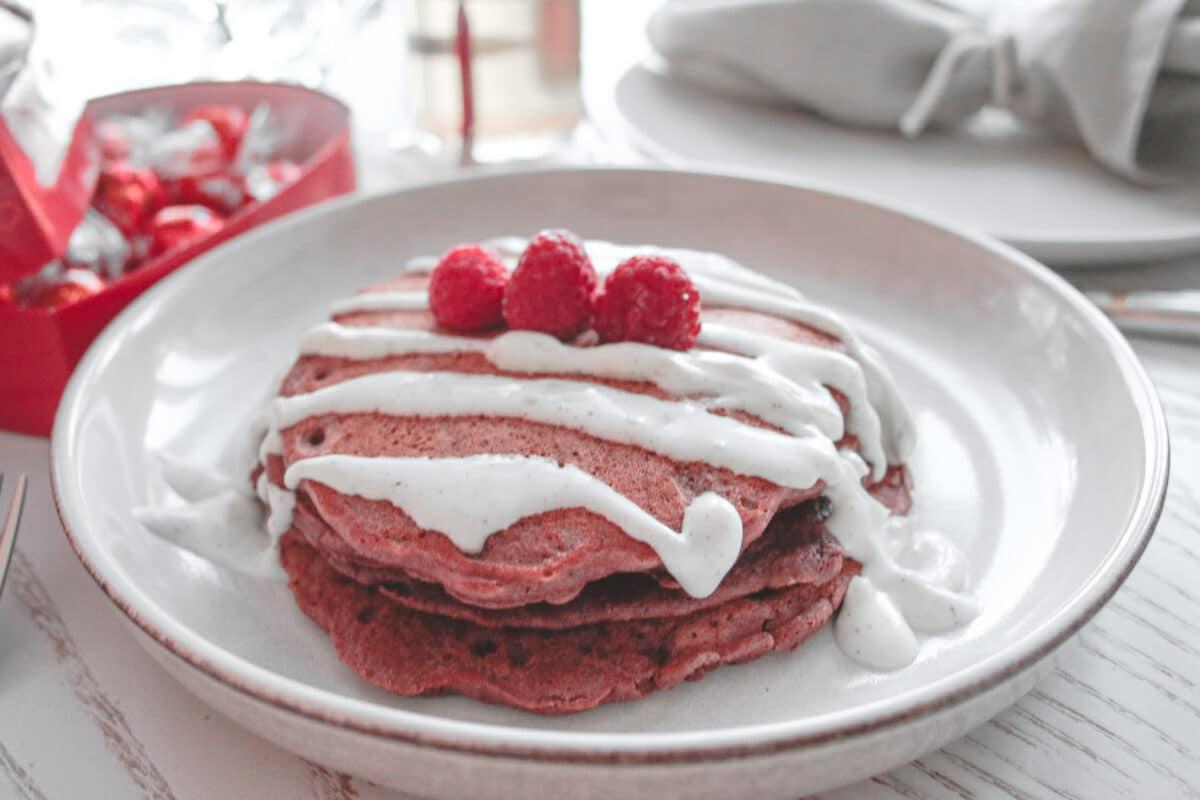 Red velvet pannkakor glutenfria med kokosgrädde